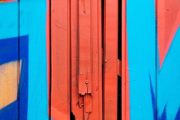 Cerca de madeira, fundo com pranchas de madeira pintadas com tinta em close-up