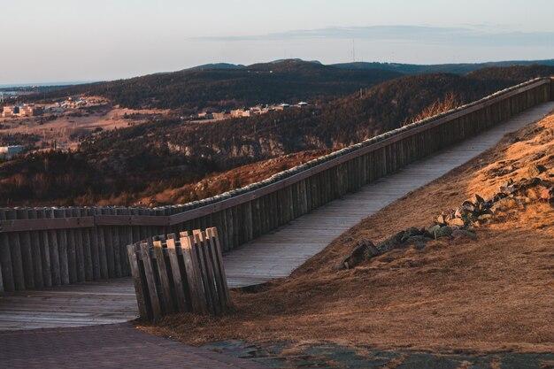Cerca de madeira marrom em campo marrom durante o dia