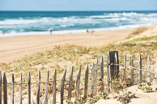 Cerca de madeira na praia do atlântico na frança