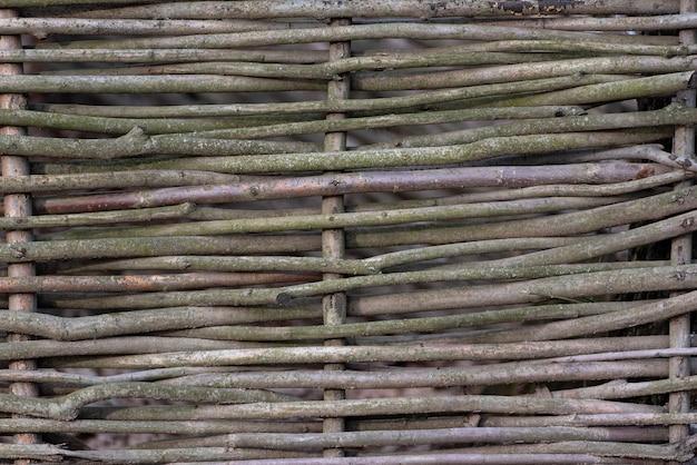 Cerca de madeira tecida na vila ou na casa de campo. estilo rústico