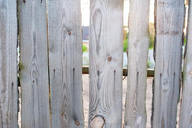 Cerca de madeira velha na vila perto de casa