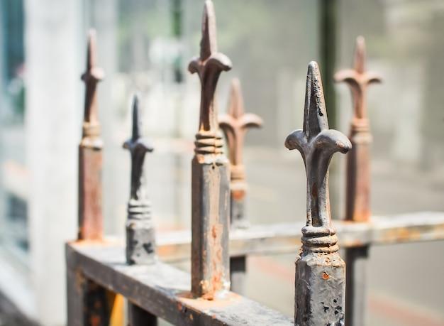 Cerca de metal no cemitério