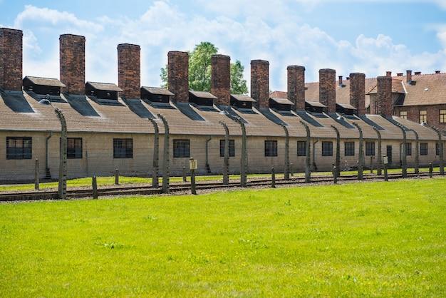 Cerca elétrica no antigo campo de concentração nazista de auschwitz i, na polônia