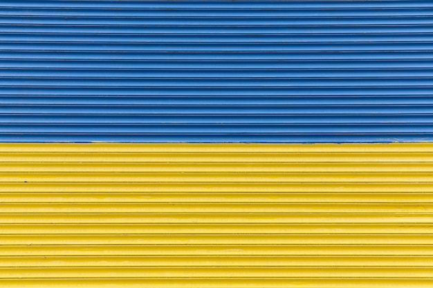 Cerca pintada como bandeira ucraniana