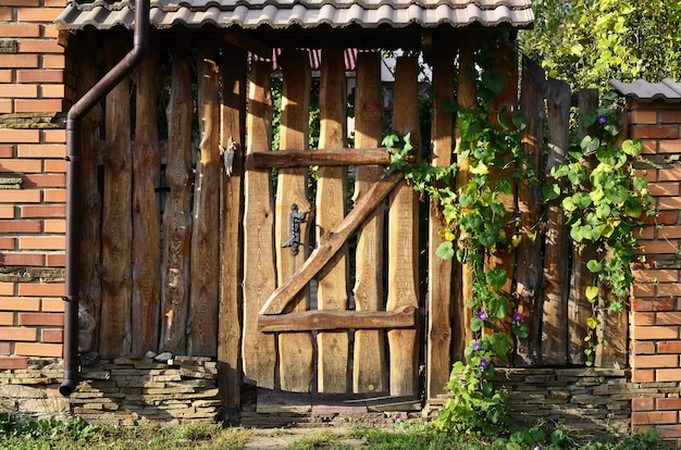 Cerca velha de madeira com um postigo