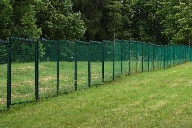 Cercas com corrente em um campo verde