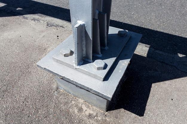 Cercas de aço na estrada para garantir a segurança dos carros, parte de uma estrutura metálica complexa e forte que garante a segurança na estrada