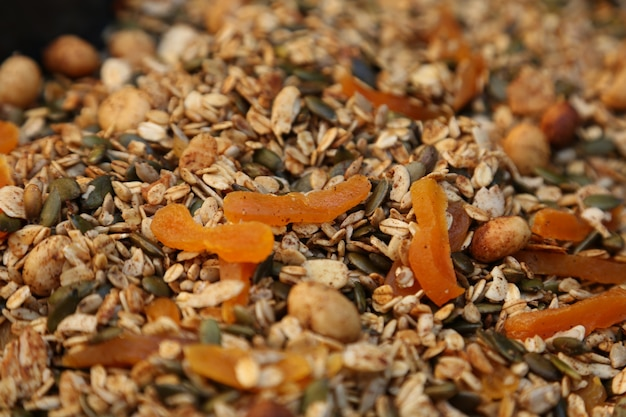 Cereais caseiros de muesli. imagem de conceito de pequeno-almoço saudável.
