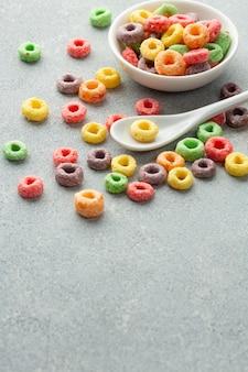 Cereais coloridos de close-up com colher