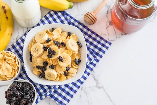Cereais com banana, passas e leite