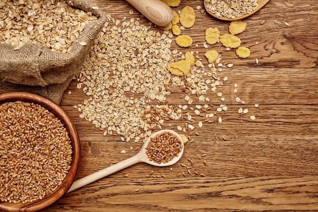 Cereais cozinhando produtos orgânicos alimentos madeira fundo