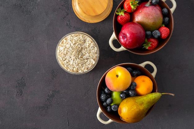 Cereais crus com vista superior de frutas