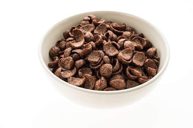Cereais de chocolate em tigela branca