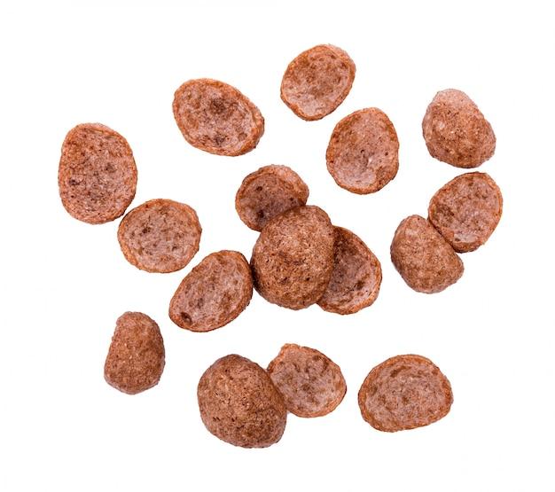 Cereais de chocolate isolados. flocos de milho