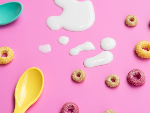 Cereais de close-up com uma gota de leite