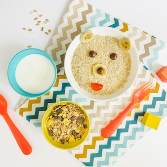 Cereais de forma plana urso leigos na mesa