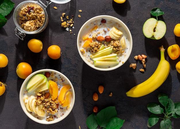 Cereais de granola com frutas, nozes, leite e manteiga de amendoim