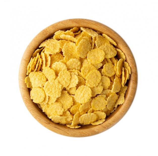 Cereais de milho em tigela de madeira isolado