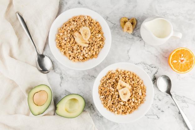 Cereais de vista superior com abacate e iogurte