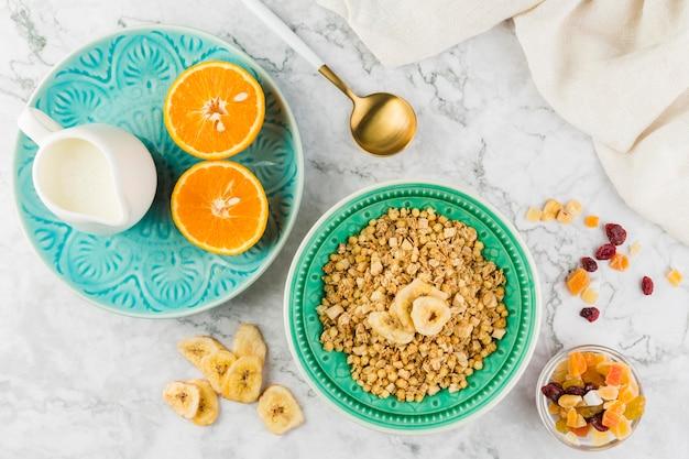 Cereais de vista superior com iogurte e frutas
