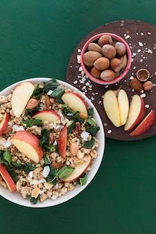 Cereais e fatias de maçã plana leigos