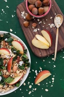 Cereais e fatias de maçã vista superior