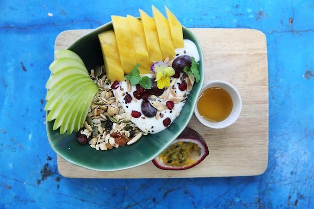 Cereais e iogurte com frutas