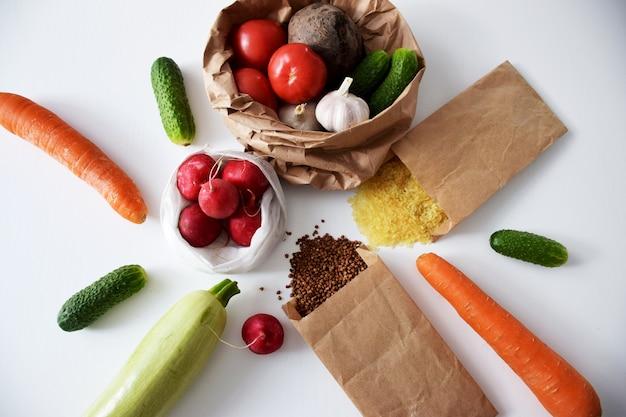 Cereais e vegetais em sacos de papel