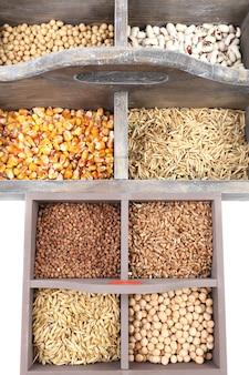 Cereais em caixa de madeira close up