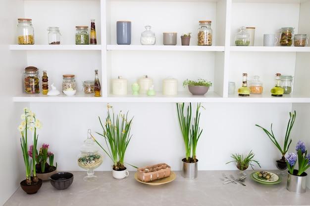 Cereais em frascos em uma prateleira, interior da cozinha.