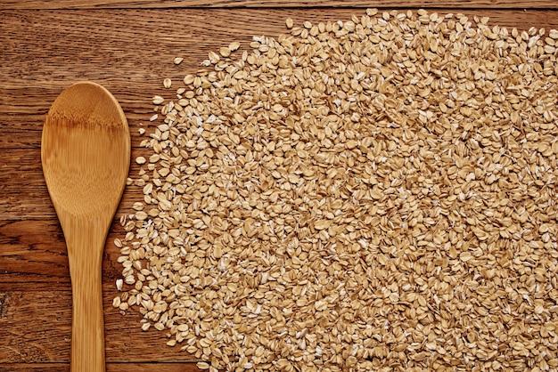 Cereais em um saco de cozinha produtos de fundo de madeira