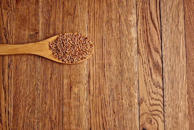 Cereais em um saco de fundo de madeira de café da manhã saudável