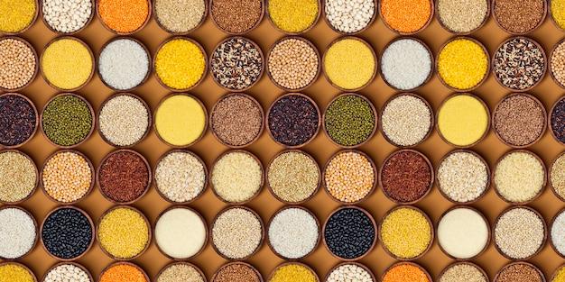 Cereais, grãos e flocos em bacias de madeira.