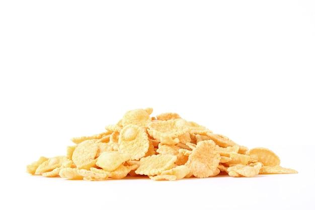 Cereais isolados no fundo branco closeup seco pequeno-almoço