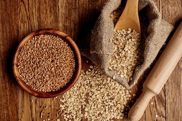 Cereais para talheres de madeira, vista de cima