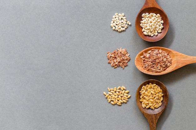 Cereais saudáveis, coloque em uma colher de pau, copie o espaço