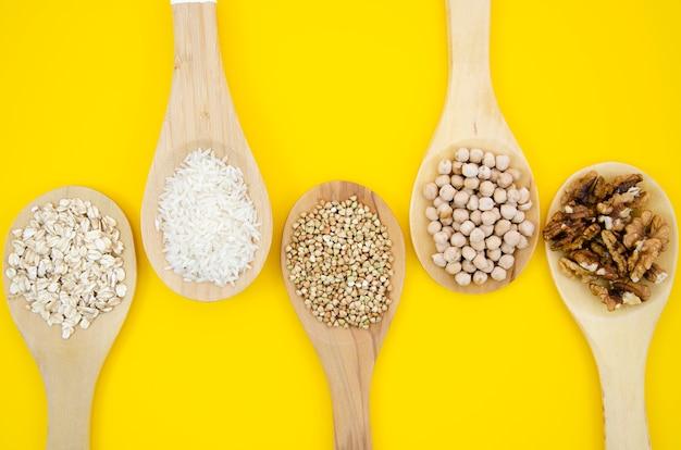Cereais variados em colheres de madeira