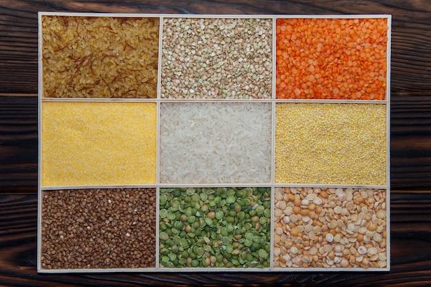 Cereais variados em uma caixa sobre uma superfície de madeira