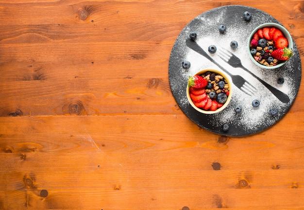 Cereal. café da manhã com cereais e frutas frescas em tigelas em um fundo de madeira rústica