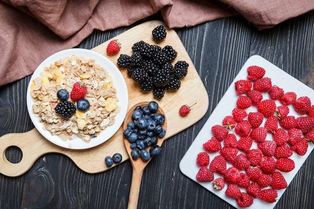 Cereal. café da manhã com cereais e frutas.