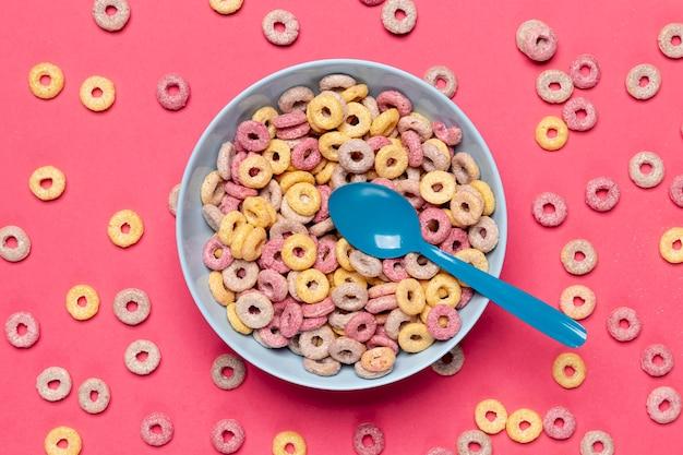 Cereal colorido em uma tigela azul com vista superior da colher