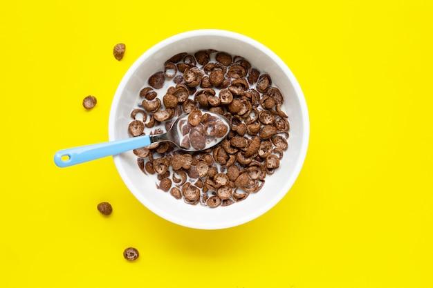 Cereal de chocolate com leite amarelo