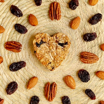 Cereal de forma de coração com nozes e passas