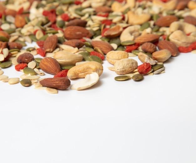 Cereal orgânico misturado e pilha de sementes de grãos no fundo branco. ,