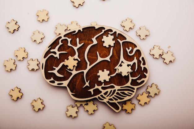 Cérebro com quebra-cabeças de madeira, saúde mental e problemas de memória
