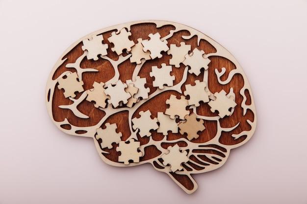 Cérebro de madeira e quebra-cabeças de saúde mental e problemas de memória