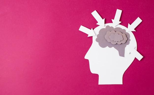 Cérebro feito de papel na cabeça da pessoa