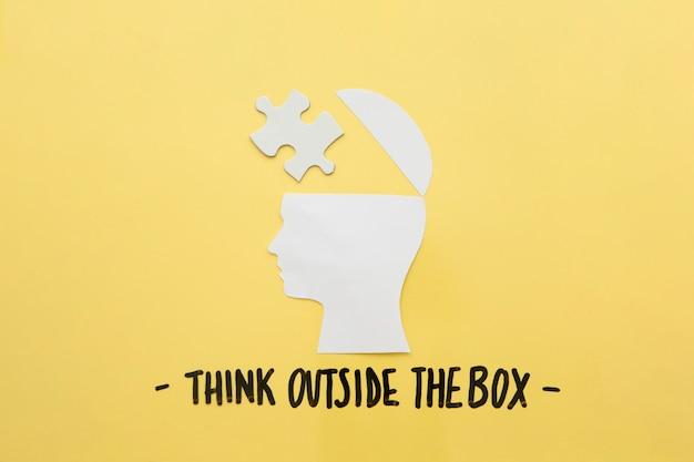 Cérebro humano aberto com peça de quebra-cabeça perto de pensar fora da mensagem de caixa
