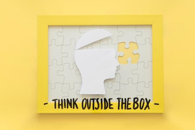 Cérebro humano aberto e quadro de quebra-cabeça incompleto com pensar fora da mensagem de caixa