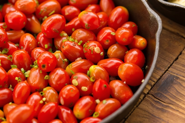 Cereja de tomate doce frito mexer na panela.